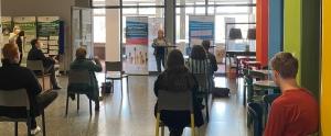 Frau Behle spricht Grußworte während der Ausstellungseröffnung